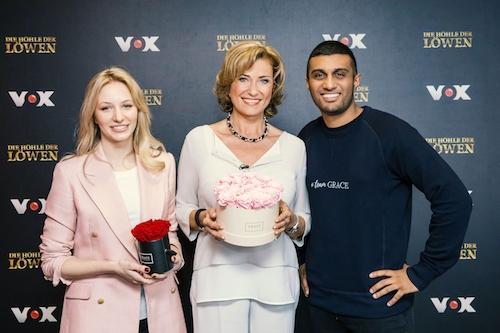 """Nina Wegert und Kirishan Selvarajah mit Dagmar Wöhrl bei DHDL - Die Höhle der Löwen. Sie investiert 150.000 Euro für 20 Prozent der Anteile an """"Grace Flowerbox""""."""