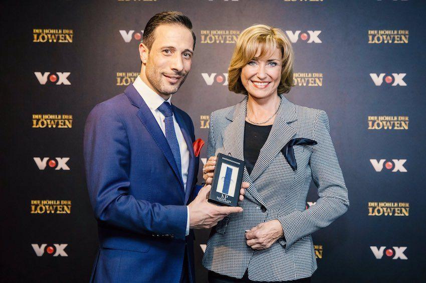 Manuel Planella, Gründer von ManPlan Accessoires mit Dagmar Wöhrl bei DHDL. Sie investiert 75.000 Euro für 75 Prozent der Firmenanteile.