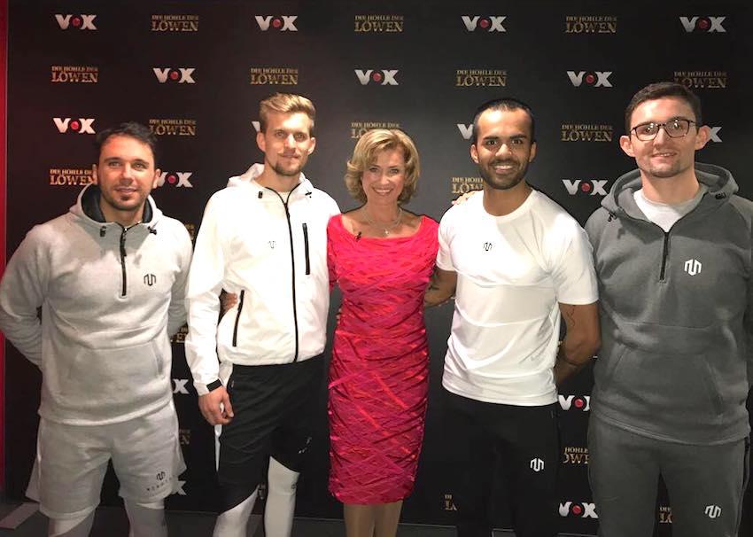 Rafy Ahmed, Gründer des Sportmodelabels Morotai mit den Mitgründern Waldemar Wenzel, Werner Strauch und Andreas Maier mit Dagmar Wöhrl bei DHDL. Sie investiert 100.000 Euro für 20 Prozent der Firmenanteile.