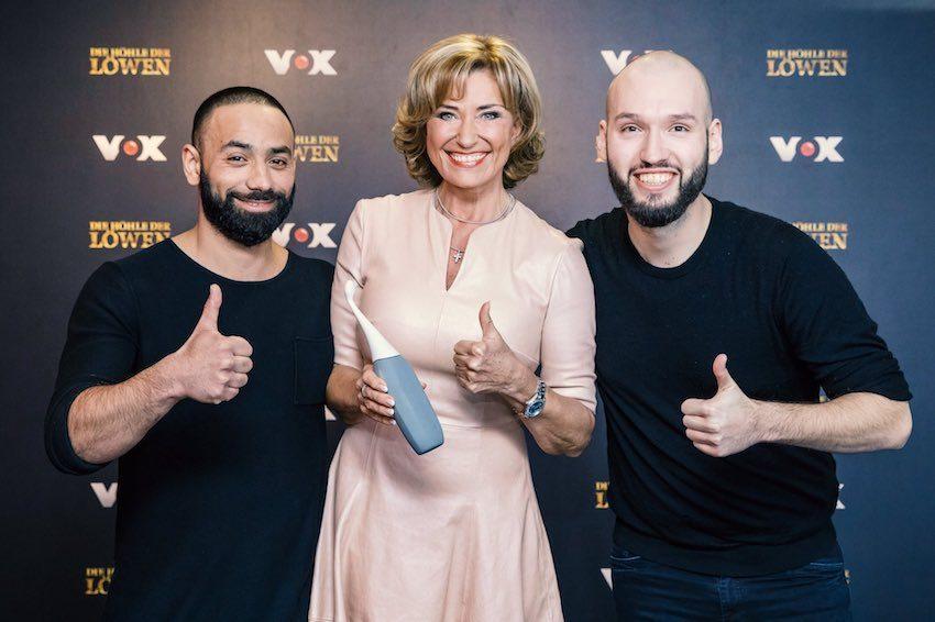 Die HappyPo Gründer Frank Schmischke und Oliver Elsoud mit Dagmar Wöhrl bei DHDL. Die Löwin investiert 125.000 Euro für 25 Prozent der Firmenanteile.