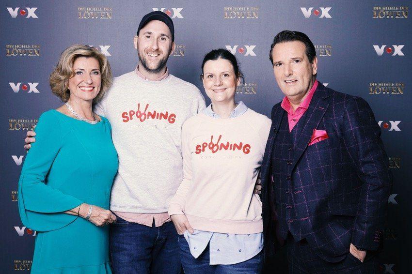 """Diana Hildenbrand und Constantin Feistkorn haben einen Deal mit Dagmar Wöhrl (l.) Ralf Dümmel (r.). Sie investieren 210.000 Euro für 38 Prozent der Anteile an """"Spooning Cookie Dough""""."""