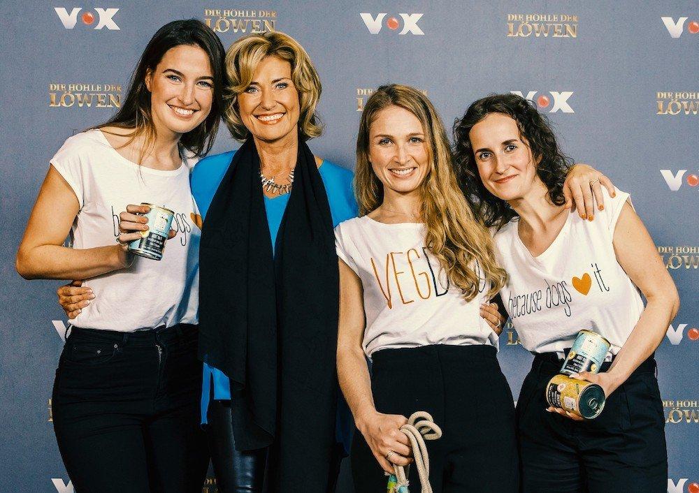 """V.l.: Valerie Henssen, Tessa Zaune-Figlar und Lisa Walther haben einen Deal mit Dagmar Wöhrl. Sie investiert 150.000 Euro für 20 Prozent der Anteile an """"Vegdog""""."""